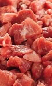 Når kødet er skåret ud i mindre stykker forkortes kogetiden – og det gælder også i trykkoger.